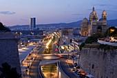 Frankreich, Bouches du Rhône, Marseille, Euromediterran, Esplanade J4 und Boulevard du Littoral, Eingang zur A55 auf der ersten Ebene, CMA CGM Tower, Architektin Zaha Hadid und Kathedrale The Major Historical Monument, Hintergrund