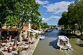 Frankreich, Aude, Saint Nazaire d'Aude, Canal du Midi von der UNESCO zum Weltkulturerbe erklärt, Hafen von Somail, Boot des Tourismus vor einer Tanzhalle im Freien am Rande des Wassers