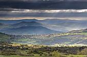 Frankreich, Puy de Dome, Saint-Sandoux, Livradois Berge vom Parc Naturel Regional des Volcans d'Auvergne (Naturpark der Volcans d'Auvergne) aus gesehen