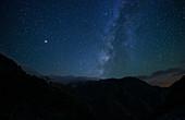 Milchstraße über dem Atlasgebirge, Marokko