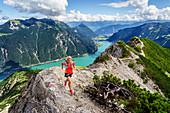 Trailläuferin läuft auf Grat zwischen Seekarspitze und Seebergspitze am Achensee, Tirol, Österreich