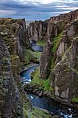 Fluss Fjaðrá fließt durch Schlucht Fjaðrárgljúfur, Kirkjubaejarklaustur, Island