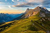 Berge und Wiesen im Abenlicht bei Sonnenuntergang, Steinfalk, Karwendel, Tirol, Österreich