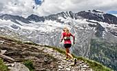 Trailläuferin vor hochalpiner Gletscherlandschaft, Schlegeis, Zillertaler Alpen, Tirol, Österreich