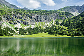Bergpanorama mit Bergsee im Frühling, Deutschland, Bayern, Allgäu