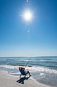 Entspanntes Angeln am Strand am Golf von Mexiko, Fort Myers Beach, Florida, USA