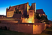 Schloss Malbork (deutsch: Marienburg) bei Nacht, Woiwodschaft Pommern, Polen, Europa