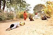 Vrindavan, Devotees von Krishna machen Dandvat-Parigrama auf dem Pilgerweg rund um den heiligen Berg Govardhan