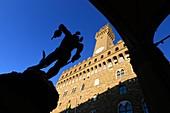 Palazzo Vecchio und Figuren des Loggia dei Lanzi am Piazza della Signoria, Florenz, Toscana, Italien