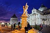 Battistero, Duomo und schiefer Turm im Abendlicht mit Touristen, Pisa, Toscana, Italien