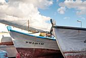 Blick auf bunte Fischerboote im Fischerdorf la Bombilla, La Palma, Kanarische Inseln, Spanien, Europa