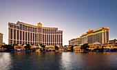 See am Hotel Bellagio in der Abenddämmerung in Las Vegas, USA