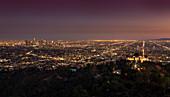 Skyline von Los Angeles bei Nacht mit Griffith Observatorium, USA\n