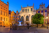 Gdansk, Main City, old town, Dlugi Targ street (Long Market), Artus Court (white building) and fountain of Neptune. Gdansk, Main City, Pomorze region, Pomorskie voivodeship, Poland, Europe