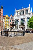 Gdansk, Main City, old town, Dlugi Targ street (Long Market), Artus Court (white building) and fountain of Neptune. Gdansk, Main City, Pomorze region, Pomorskie voivodeship, Poland, Europe