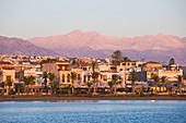 Blick auf die Uferpromenade und auf den fernen Gipfel des Lefka Ori, Sonnenaufgang, Rethymno (Rethymnon), Kreta, Griechische Inseln, Griechenland, Europa