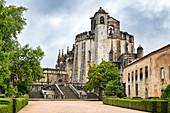 Außenansicht der mittelalterlichen Hauptkirche des Klosters von Tomar, erbaut von den Tempelrittern, Tomar, Portugal