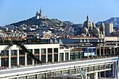 Frankreich, Bouches-du-Rhône, Marseille, Gebiet von Euroméditerranée, Bezirk La Joliette, Lazaret-Dock, Terrassen du Port, Basilika Notre Dame de la Garde und historischer Denkmalhintergrund der Kathedrale La Major (19. Jahrhundert)