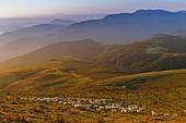 Frankreich, Pyrenäen Atlantiques, Baskenland, Itxassou, Artzamendi, Berglandschaft bei Sonnenaufgang, Schafherde auf einer Weide