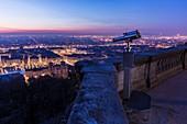 Frankreich, Savoie, Rhone, Lyon, historische Stätte, UNESCO Weltkulturerbe, Blick auf den Vieux Lyon (Altstadt) und die Kathedrale Saint Jean (Johanneskathedrale), im Hintergrund Place Bellecour im Bezirk Presqu'Ile und die Alpen von der Esplanade Fourvière aus