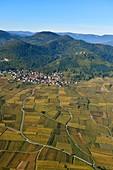 Frankreich, Haut-Rhin, Elsassische Weinstraße, nahe am Dorf Eguisheim, Husseren les Chateaux (Luftaufnahme)