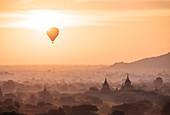 Heißluftballon und Tempel im Morgengrauen, Bagan (Pagan), Mandalay Region, Myanmar (Burma), Asien