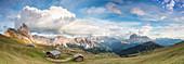Panorama der grünen Wiesen und Hütten des Odle-Gebirges gesehen von Seceda, Val Gardena, Trentino-Südtirol, Italien, Europa