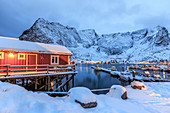 A Rorbu, the typical Norwegian home often built in beautiful places where the nature of the Lofoten Islands is still untouched, Lofoten Islands, Arctic, Norway, Scandinavia, Europe