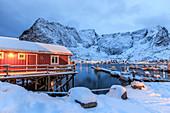 Ein Rorbu, das typisch norwegische Haus, das oft an schönen Orten gebaut wurde, an denen die Natur der Lofoten noch unberührt ist, Lofoten, Arktis, Norwegen, Skandinavien, Europa