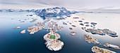 Panorama-Luftaufnahme vom Fußballplatz und von Inseln, Henningsvaer, Vagan-Gemeinde, Lofoten-Inseln, Nordland, Norwegen, Europa