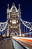 Langzeitbelichtung des Verkehrs über Tower Bridge in der Abenddämmerung, London, England, Vereinigtes Königreich, Europa