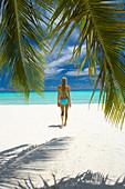 Junge Frau am Strand, Malediven, Indischer Ozean, Asien