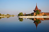 Wassergraben und Palast, Mandalay-Palast, Mandalay, Myanmar (Burma), Asien