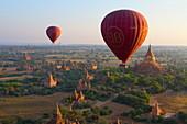 Morgendämmerung über alten Tempeln vom Heissluftballon aus, Bagan (Heidnisch), Zentralmyanmar, Myanmar (Burma), Asien
