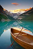 Kanu auf Lake Louise bei Sonnenaufgang, Lake Louise, Banff National Park, Alberta, Kanada