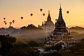 Heißluftballons über buddhistischen Tempeln, Bagan (Pagan), Myanmar (Burma), Asien