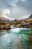 Die schwarzen Cuillin-Berge in Glen Brittle von den Fairy Pools, Isle of Skye, Innere Hebriden, Schottland, Vereinigtes Königreich, Europa