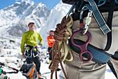 Kletterer testen ihre Ausrüstung im Everest Base Camp, bevor sie sich auf den Weg machen, Region Khumbu, Himalaya, Nepal, Asien