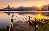 Sonnenuntergang am Lagoa Rodrigo de Freitas in Rio de Janeiro, Brasilien, Südamerika