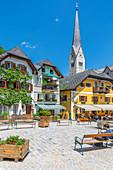 Blick auf den Marktplatz im Dorf Hallstatt, UNESCO-Weltkulturerbe, Salzkammergut, Salzburg, Österreich, Europa