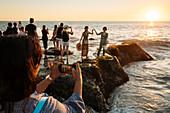 Touristen genießen den Sonnenuntergang am Tanah Lot Tempel, Bali, Indonesien, Südostasien, Asien