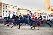 La Mossa (Der Start), Piazza del Campo, Siena Palio, Siena, Toskana, Italien, Europa