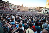 Piazza del Campo voll überfüllt für die Siena Palio, Siena, Toskana, Italien, Europa