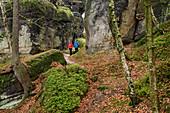 Mann und Frau wandern im Elbsandsteingebirge, Affenstein, Obere Affensteinpromenade, Elbsandsteingebirge, Nationalpark Sächsische Schweiz, Sächsische Schweiz, Sachsen, Deutschland