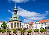 Marktplatz im Zentrum von Wismar, historisches Bauwerk 'Wasserkunst', Wismar, Mecklenburg-Vorpommern, Deutschland