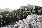 Morgendlicher Blick vom Areopag, Marshügel über Athen zum Mount Lycabettus und Akropolis, Athen, Griechenland