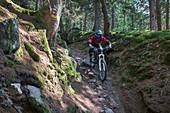 Mountainbiken auf dem Tarscher Alm Trail im Vinschgau, Italien\n