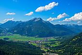 Blick auf Ehrwald mit dem Daniel, Tirol, Österreich