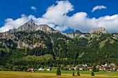 Nesselwängle mit Rote Flüh und Kellesspitze, Tannheimer Berge, Allgäu, Tirol, Österreich