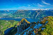 Blick vom Niederbauen-Chulm auf Mythen, Schwyz, Brunnen und Vierwaldstätter See, Kanton Uri, Schweiz